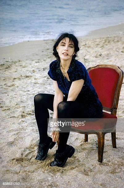 L'actrice Carole Laure sur la plage le 6 juin 1998 à Cabourg France