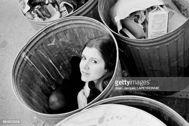 L'actrice Carrie Fisher pose dans une poubelle en janvier 1978 à Los Angeles EtatsUnis