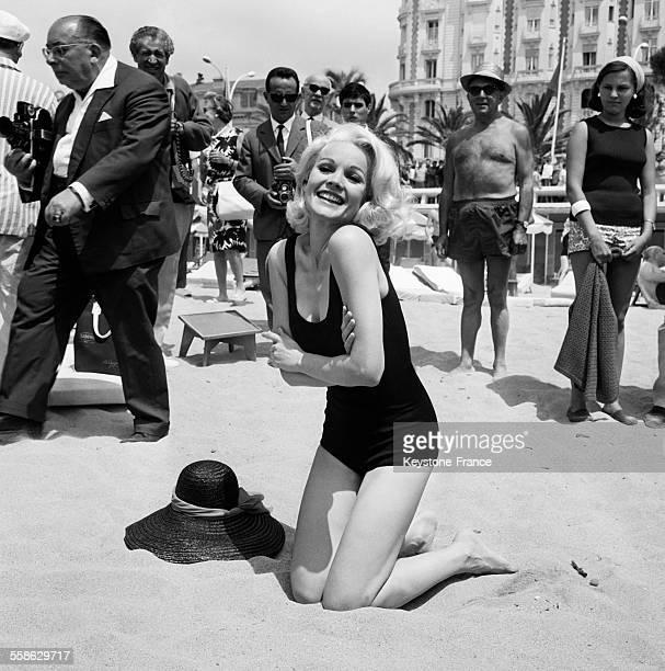 L'actrice Carroll Baker sur la Croisette lors du festival international du film le 28 mai 1965 a Cannes France