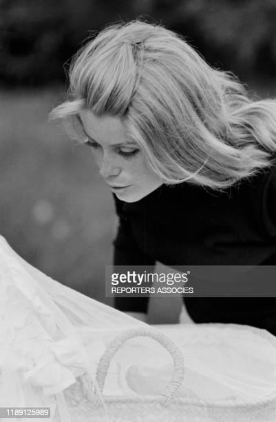 Actrice Catherine Deneuve et son fils Christian Vadim le 22 juillet 1963, France.