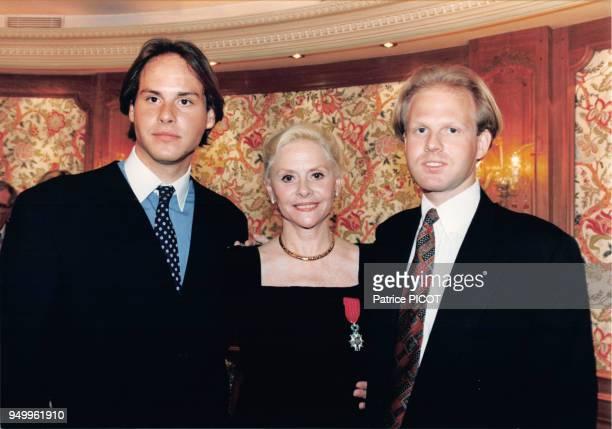 L'actrice Christiane Minazzoli reçoit la Légion d'Honneur accompagnée de ses fils en mai 1994 à Paris France
