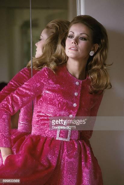 L'actrice Claudine Auger dans une robe Nina Ricci circa 1960 à Paris France
