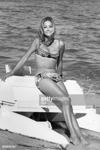 L'actrice Claudine Auger à la plage le 22 août 1968 à SaintTropez France