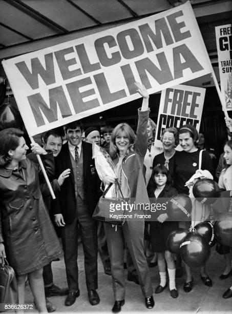 Actrice d'origine grecque, Melina Mercouri, est accueillie par des compatriotes enthousiastes à son arrivée à l'aéroport de Londres, première étape...