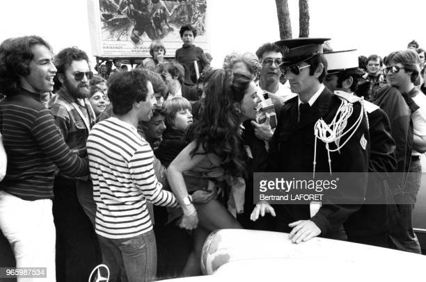 L'actrice Edy Williams entourée par la foule et des gendarmes le 17 mai 1978 au festival de Cannes France