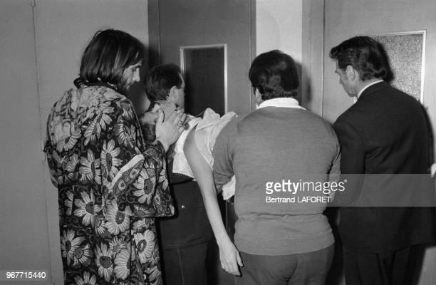 L'actrice Elisabeth Wiener évanouie lors d'une émission de télévison est évacuée par Gérard Depardieu à gauche et JeanPierre Aumont à droite le 27...