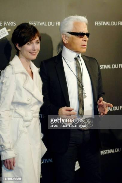 L'actrice Elsa Zylberstein et le styliste Karl Lagerfeld posent le 29 mars 2004 à Paris à l'ouverture du 19e festival du film de Paris qui se déroule...