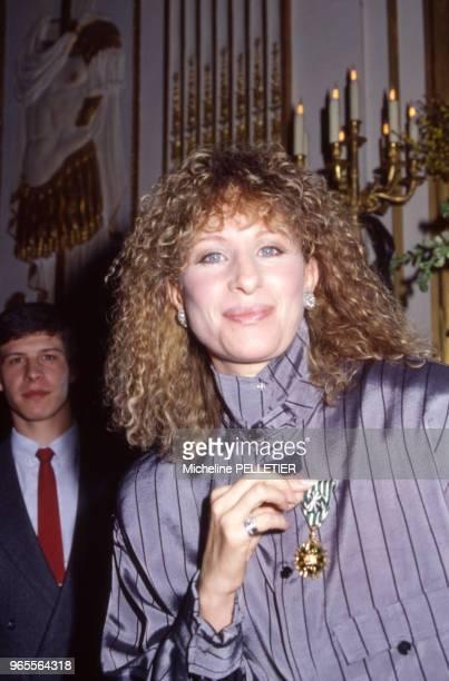L'actrice et chanteuse américaine Barbara Streisand est fait Officier des Arts et Lettres à Paris le 21 mars 1984 France