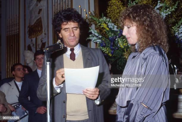 L'actrice et chanteuse américaine Barbara Streisand est fait Officier des Arts et Lettres des mains de Jack Lang à Paris le 21 mars 1983 France