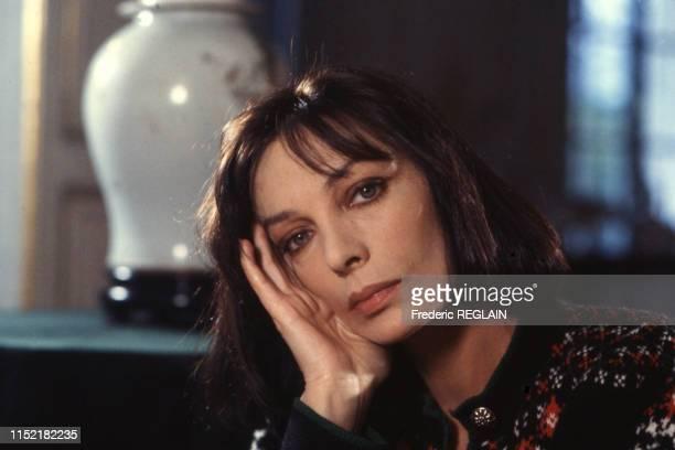 Actrice et chanteuse française Marie Laforêt chez elle à Paris le 10 février 1986, France.