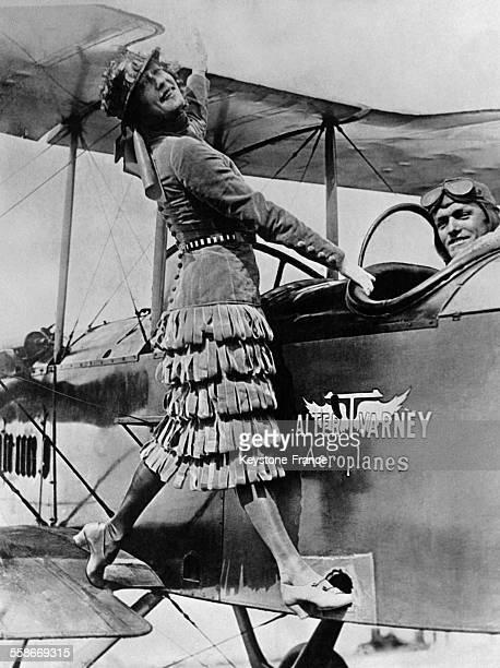L'actrice et nageuse australienne Annette Kellermann monte à bord d'un biplace pour son baptême de l'air avec Walter Varney en 1923 à San Francisco CA