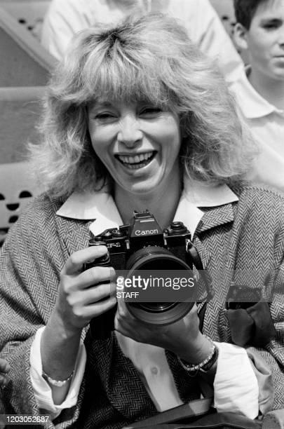Actrice et réalisatrice Mireille Darc prend des photos du match Ivan Lendl/Jakob Hlasek, le 28 mai 1986, durant le tournoi des internationaux de...