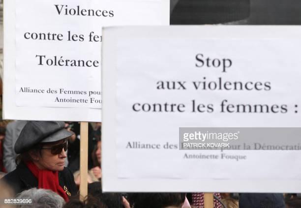 L'actrice et réalisatrice Nadine Trintignant participe le 28 octobre 2007 à un rassemblement contre les violences faites aux femmes sur le parvis de...