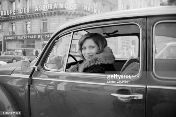 L'actrice française Andréa Ferréol avec sa Coccinelle de Volkswagen à Paris en janvier 1974 France