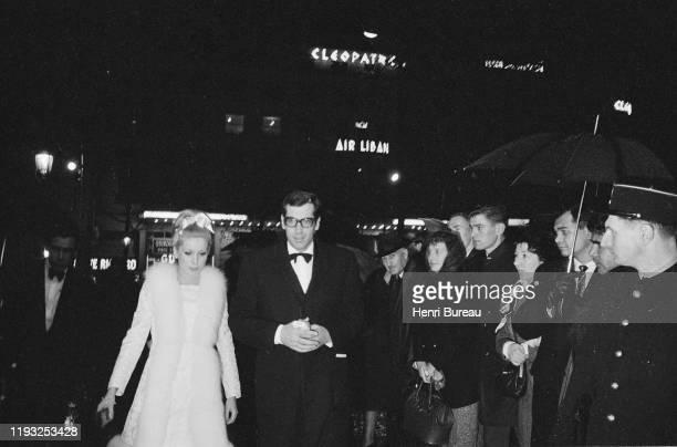 L'actrice française Catherine Deneuve et Roger Vadim venus assister à la première du film Château en Suède dont ce dernier est le réalisateur