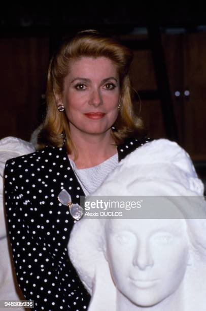 L'actrice française Catherine Deneuve posant à côté d'un buste de Marianne le 6 mai 1986 France