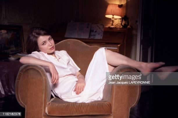 L'actrice française Dominique Laffin dans son appartement à Paris en février 1978 France