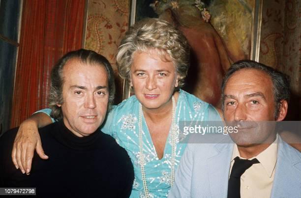 L'actrice française Jacqueline Maillan entourée par deux auteurs du théâtre de boulevard JeanPierre Gredy et Pierre Barillet pose pour le photographe...