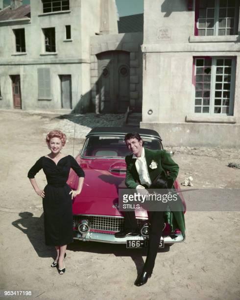 L'actrice française Martine Carol et l'acteur français JeanClaude Pascal posent avec une ford Thunderbolt en aout 1955 France