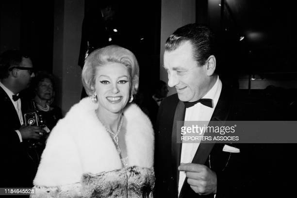 L'actrice française Martine Carol et son mari Mike Eland lors d'une montée des marches pendant le Festival de Cannes France le 12 mai 1966