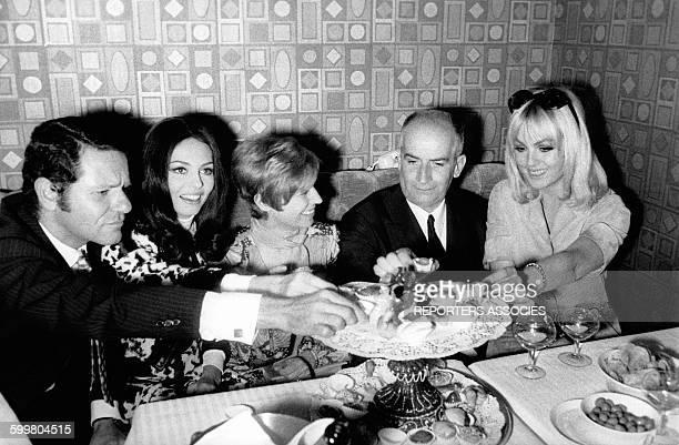 L'actrice française Michèle Mercier 2ème a gauche lors d'une soirée avec notamment Louis de Funès et Mylène Demongeot à droite circa 1960 en France