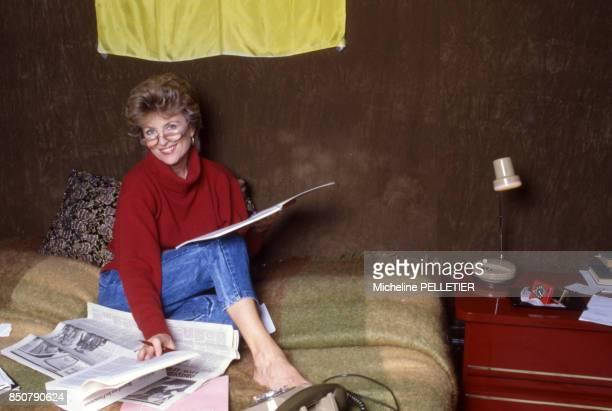 L'actrice française Nicole Courcel chez elle à Paris le 17 octobre 1984 France