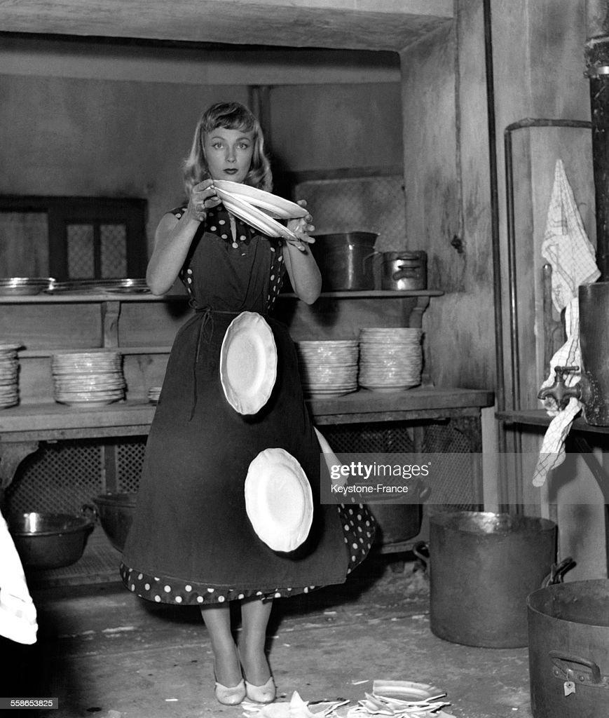 L'actrice francaise Dany Robin en train de casser des assiettes pour une scene du film 'Paris Canaille' de Pierre Gaspard-Huit, elle en aurait casse ainsi plus d'une centaine, a Paris, France, le 10 octobre 1955.