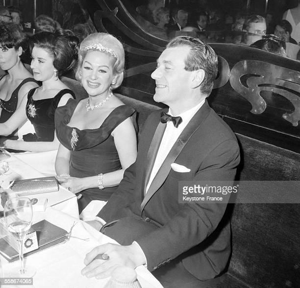 L'actrice francaise Martine Carol et son mari Mike Eland dans un restaurant parisien chez Maxim's lors d'une soiree organisee au benefice d'oeuvres...