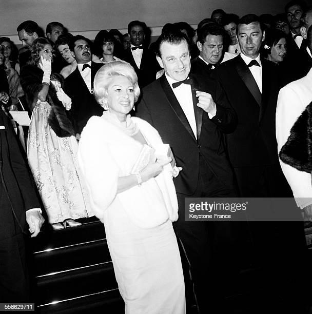 L'actrice francaise Martine Carol et son mari Mike Eland se rendant a une projection au Palais des festivals le 25 mai 1965 à Cannes France