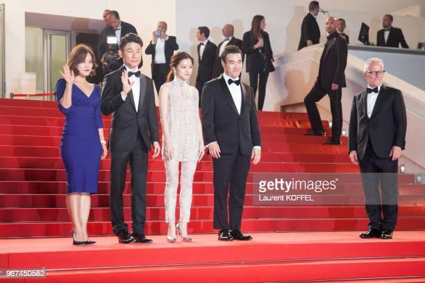 L'actrice Go Ahsung le réalisateur WonChan Hong et Bae Sungwoo attend the 'O Piseu' lors de la montée des marches pour la première du film 'O Piseu'...
