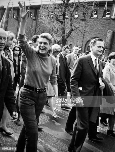 Actrice grecque, Melina Mercouri, en compagnie du chef du parti social- démocrate suédois, Olof Palme, lors de la Fête du 1er mai 1968, à Stockholm,...