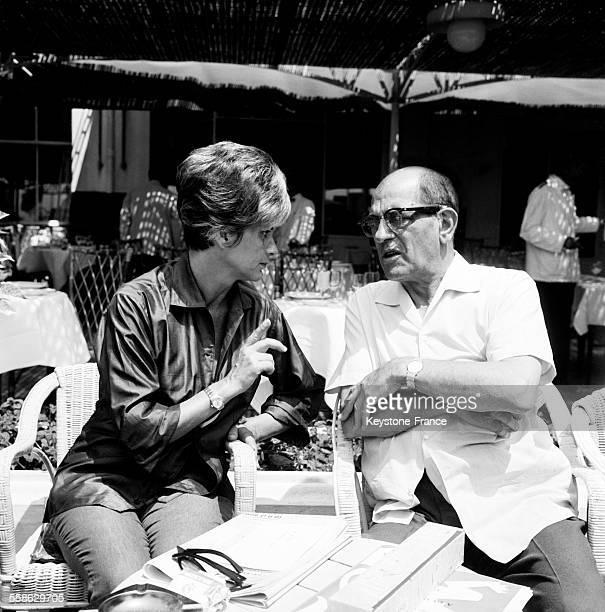 L'actrice italienne Alida Valli et le realisateur mexicain Luis Bunuel a une terrasse de cafe de la Croisette en marge du festival international du...