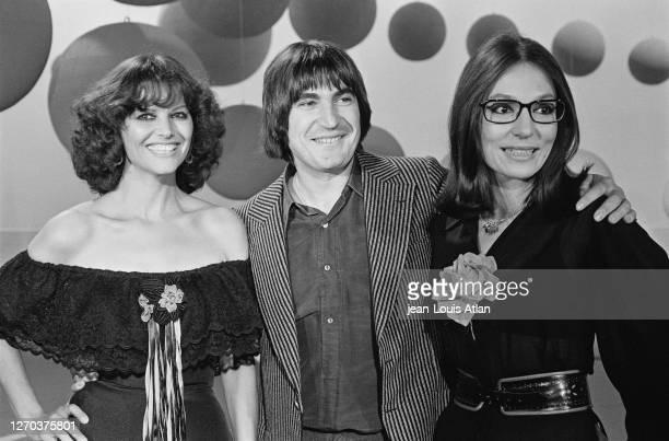 Actrice italienne francophone Claudia Cardinale avec le chanteur français Serge Lama et la chanteuse grecque Nana Mouskouri dans l'émission télévisée...