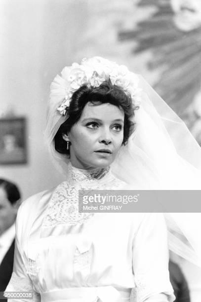 """Actrice italienne Laura Antonelli dans le film """"Mon dieu comment suis -je tombée si bas?"""" de Luigi Comencini en juin 1974, en Sicile, Italie."""