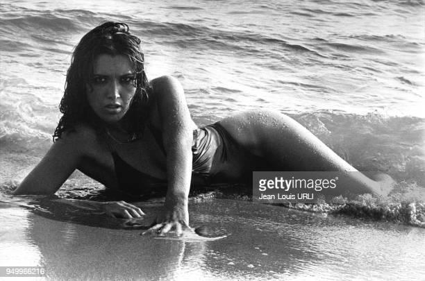 L'actrice italienne Lilli Carati posant sur une plage en Italie en janvier 1977