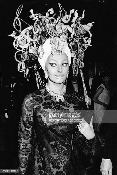 L'actrice italienne Sophia Loren en déesse de la mer arrive au bal costumé 'Dîner de Têtes' au casino de MonteCarlo le 16 mars 1969 à Monaco