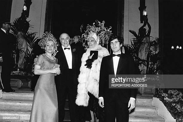 L'actrice italienne Sophia Loren en déesse de la mer au bal costumé 'Dîner de Têtes' avec son mari le producteur Carlo Ponti et ses enfants...
