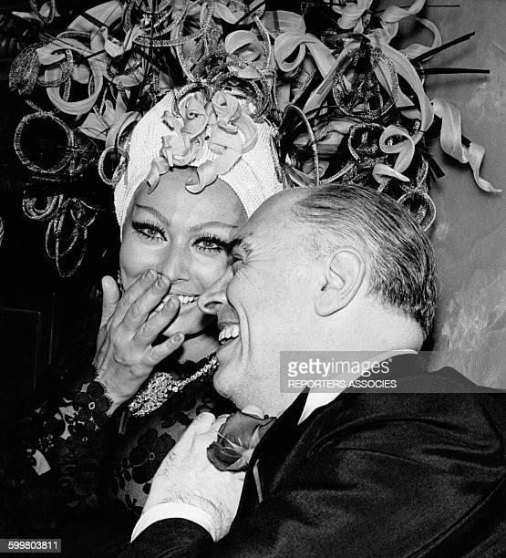 L'actrice italienne Sophia Loren en déesse de la mer au bal costumé 'Dîner de Têtes' avec son mari le producteur Carlo Ponti au casino de MonteCarlo...