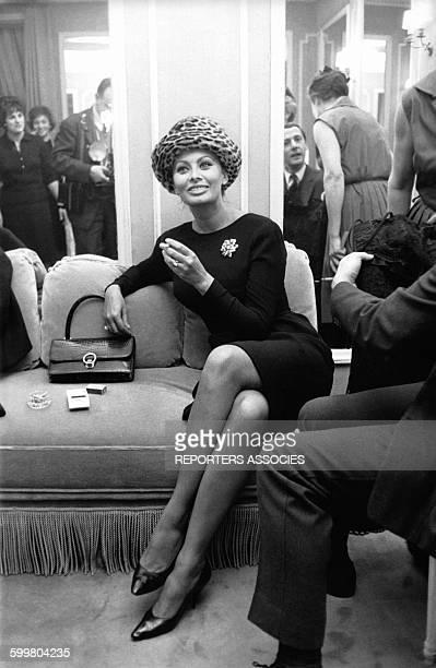 L'actrice italienne Sophia Loren et le styliste Marc Bohan en arrièreplan lors du défilé Dior le 4 février 1963 à Paris France