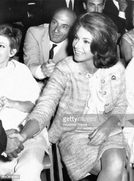 L'actrice italienne Sylva Koscina assise serre la main d'un homme