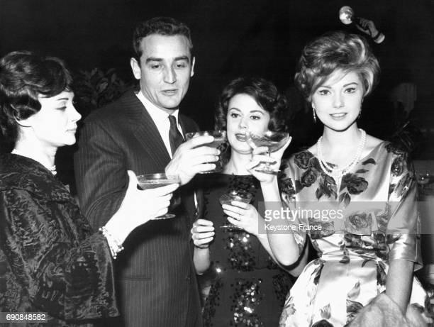 L'actrice italienne Sylva Koscina avec un cocktail à la main en compagnie d'un homme et de deux femmes