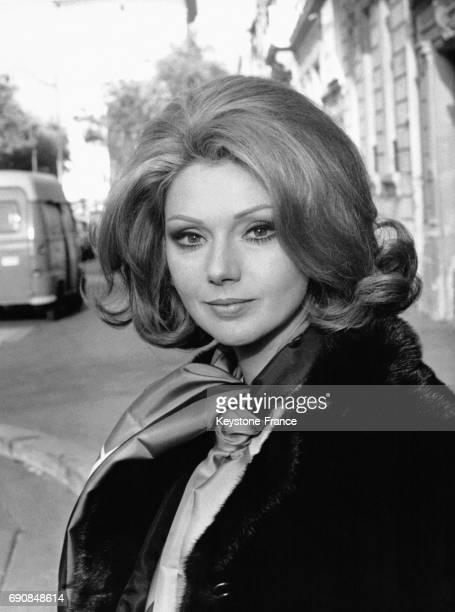 L'actrice italienne Sylva Koscina dans la rue portant un manteau de fourrure