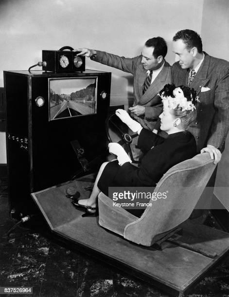 L'actrice Joan Milliron est à l'épreuve sur l'appareil de contrôle construit par E Fletch face au volant elle est soumise devant un écran aux...