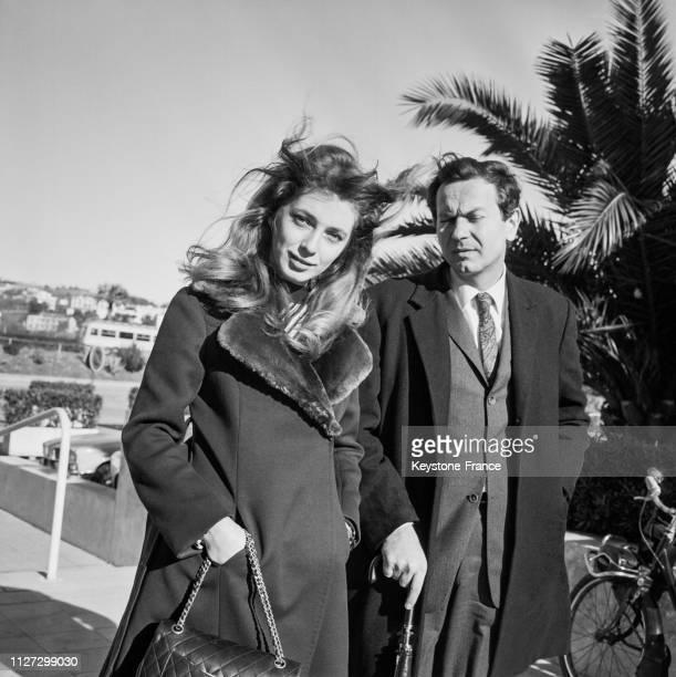 L'actrice Joanna Shimkus et le metteur en scène Robert Enrico à l'aéroport de Nice France le 8 janvier 1968