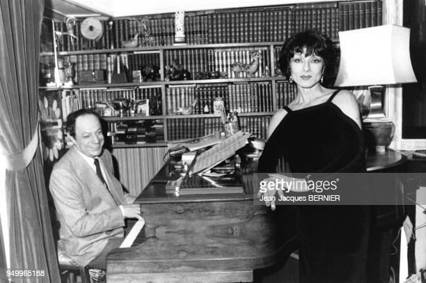 L'actrice Judith Magre chantant accompagnée par le compositeur Charles Dumont au piano sur le plateau de l'émission de télévision Champs Elysées de...