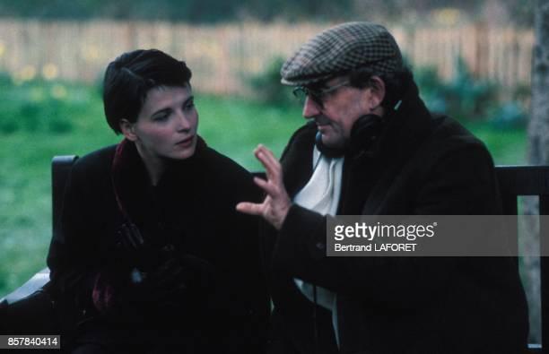 L'actrice Juliette Binoche avec le realisateur Louis Malle sur le tournage du film 'Fatale' en juin 1992 en France