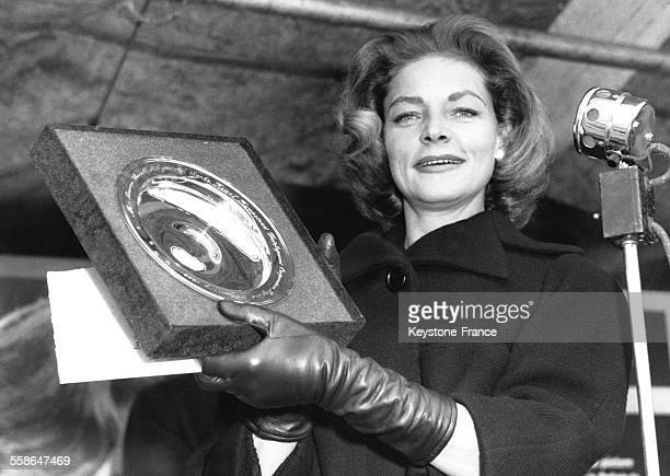 L'actrice Lauren Bacall a célébré le début des travaux de l'Odeon theatre à Hemel Hempstead RoyaumeUni le 29 janvier 1959 elle tient une réplique...