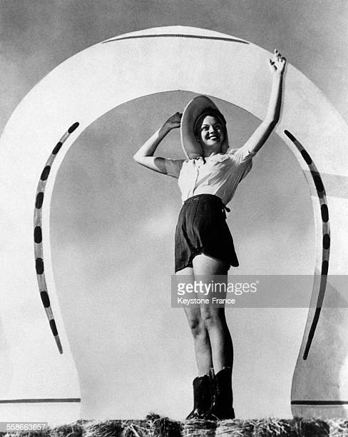 L'actrice Leslie Brooks en cowgirl sous un fer à cheval à Las Vegas aux EtatsUnis en mai 1945