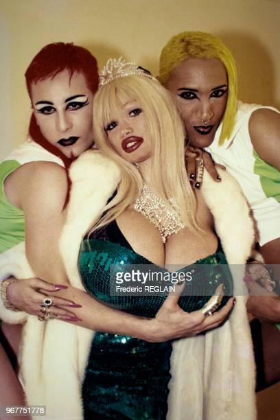 Actrice Lolo Ferrari entourée de deux drag queens lors une soirée au Palace le 14 février 1996 à Paris, France.