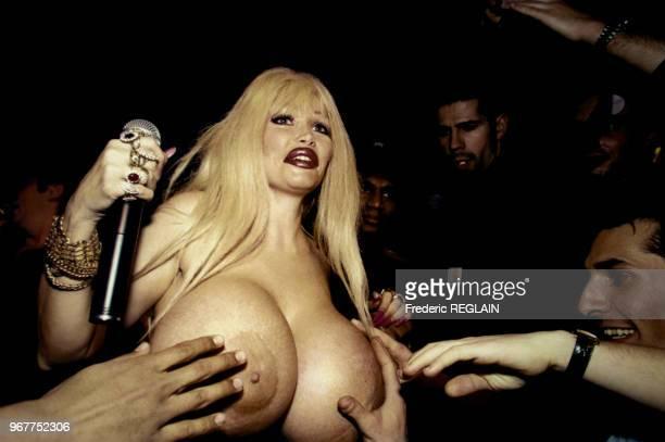 L'actrice Lolo Ferrari offre sa poitrine hors norme à ses fans lors d'une soirée au Palace le 14 février 1996 à Paris France